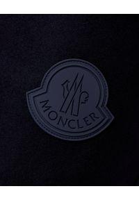 MONCLER - Granatowe spodnie z logo. Kolor: niebieski. Materiał: guma, bawełna. Wzór: aplikacja