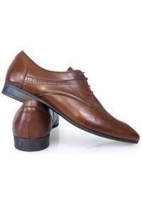 Modini - Brązowe obuwie wizytowe z ażurowymi zdobieniami T122. Kolor: brązowy. Materiał: skóra, syntetyk. Wzór: ażurowy, aplikacja. Styl: wizytowy