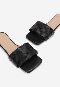 Born2be - Czarne Klapki Nephissis. Nosek buta: otwarty. Kolor: czarny. Wzór: aplikacja. Obcas: na obcasie. Wysokość obcasa: niski