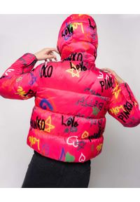Pinko - PINKO - Różowa kurtka puchowaz nadrukiem graffiti. Typ kołnierza: kaptur. Kolor: różowy, wielokolorowy, fioletowy. Materiał: puch. Długość rękawa: długi rękaw. Długość: długie. Wzór: nadruk