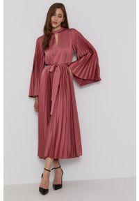 TwinSet - Plisowana różowa sukienka Twinset. Okazja: na co dzień. Kolor: różowy. Materiał: tkanina. Długość rękawa: długi rękaw. Wzór: gładki. Typ sukienki: proste, plisowane. Styl: casual