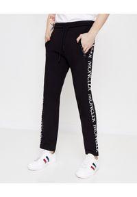 MONCLER - Czarne spodnie dresowe. Kolor: czarny. Materiał: dresówka