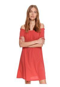 TOP SECRET - Luźna sukienka z odkrytymi ramionami. Kolor: różowy. Materiał: dzianina. Długość rękawa: krótki rękaw. Typ sukienki: z odkrytymi ramionami. Styl: wakacyjny