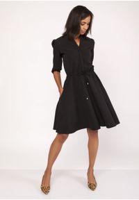 e-margeritka - Rozkloszowana delikatna sukienka koszulowa - 34. Okazja: do pracy, na randkę. Typ kołnierza: kołnierzyk stójkowy. Materiał: materiał, poliester. Wzór: kolorowy. Typ sukienki: koszulowe. Styl: elegancki. Długość: midi