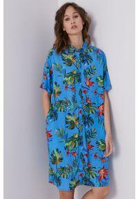 medicine - Medicine - Sukienka Tropical Chaos. Okazja: na co dzień. Kolor: niebieski. Materiał: tkanina. Długość rękawa: krótki rękaw. Typ sukienki: proste. Styl: casual