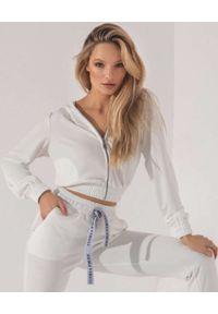 CUORI e PICCHE - Biała bluza z kapturem WHITE ESTI. Typ kołnierza: kaptur. Kolor: czarny. Długość rękawa: długi rękaw. Długość: długie. Wzór: aplikacja