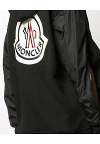 MONCLER - Czarna bluza z logo na plecach. Okazja: na co dzień. Kolor: czarny. Materiał: jeans, dresówka, nylon, bawełna. Długość rękawa: długi rękaw. Długość: długie. Wzór: aplikacja. Sezon: jesień. Styl: klasyczny, casual