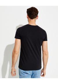 Balmain - BALMAIN - Czarny t-shirt ze złotym logo. Kolor: czarny. Materiał: bawełna. Styl: klasyczny
