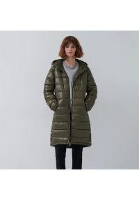 House - Pikowany płaszcz z kapturem - Khaki. Typ kołnierza: kaptur. Kolor: brązowy