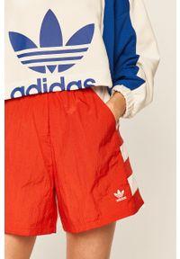 adidas Originals - Szorty. Okazja: na co dzień. Kolor: czerwony. Wzór: nadruk. Styl: casual