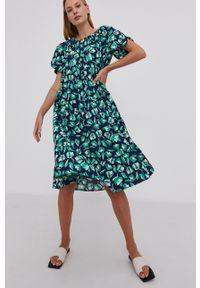 Answear Lab - Sukienka bawełniana. Kolor: niebieski. Materiał: bawełna. Długość rękawa: krótki rękaw. Styl: wakacyjny
