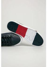 Niebieskie sneakersy TOMMY HILFIGER z okrągłym noskiem, na sznurówki, z cholewką