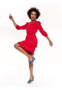 TOP SECRET - Elegancka sukienka z plisowaniem. Typ kołnierza: kołnierz z falbankami. Kolor: różowy. Długość rękawa: krótki rękaw. Sezon: lato, wiosna. Styl: elegancki