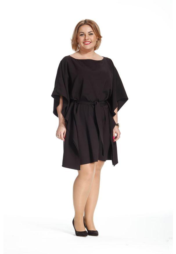 Moda Size Plus Iwanek - Kimonowa czarna wiązana sukienka motyl PLUS SIZE. Kolekcja: plus size. Kolor: czarny. Materiał: poliester, elastan, tkanina, materiał. Sezon: lato, wiosna. Typ sukienki: dla puszystych