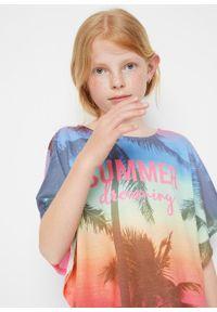 Shirt dziewczęcy plażowy bonprix jaskrawy jasnoróżowy. Okazja: na plażę. Kolor: różowy. Wzór: napisy, kolorowy, nadruk, aplikacja. Sezon: lato