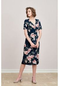Marie Zélie - Sukienka Irmina Savona. Materiał: poliester, materiał, wiskoza, tkanina, skóra. Długość rękawa: krótki rękaw. Wzór: napisy. Typ sukienki: proste, kopertowe