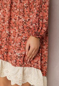 Renee - Pomarańczowa Sukienka Xylaene. Typ kołnierza: dekolt w kształcie V. Kolor: pomarańczowy. Materiał: koronka. Wzór: ażurowy, aplikacja. Styl: klasyczny. Długość: mini