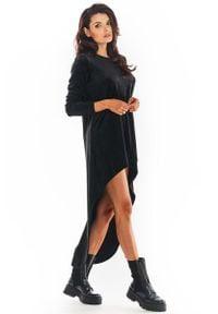 Awama - Czarna Welurowa Swobodna Sukienka z Przedłużonym Tyłem. Kolor: czarny. Materiał: welur