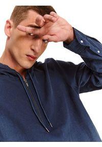 Niebieska bluza TOP SECRET z kapturem, w kolorowe wzory