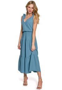 Makover - Długa lekko rozkloszowana sukienka na lato z falbaną niebieska. Okazja: na imprezę. Kolor: niebieski. Materiał: guma, elastan. Długość rękawa: na ramiączkach. Sezon: lato. Typ sukienki: rozkloszowane. Długość: maxi