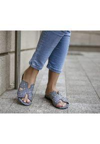 Zapato - damskie klapki na miękkiej podeszwie - skóra naturalna - model 371 - kolor szara pepitka. Okazja: na imprezę, na co dzień. Kolor: szary. Materiał: skóra. Wzór: motyw zwierzęcy, kwiaty, nadruk, kolorowy. Sezon: lato, wiosna. Obcas: na płaskiej podeszwie. Styl: wakacyjny, klasyczny, casual