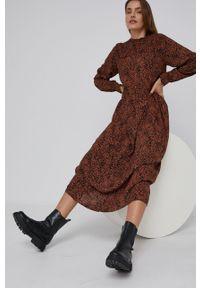 Answear Lab - Sukienka. Kolor: brązowy. Materiał: tkanina. Styl: wakacyjny