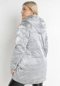 Born2be - Srebrna Kurtka Nellinis. Typ kołnierza: kołnierzyk stójkowy. Kolekcja: plus size. Kolor: srebrny