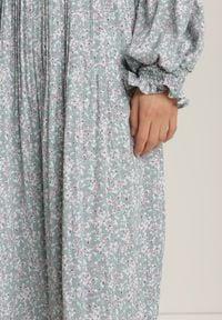 Renee - Jasnoniebieska Sukienka Crethesis. Typ kołnierza: kołnierzyk stójkowy. Kolor: niebieski. Długość rękawa: długi rękaw. Wzór: kwiaty, aplikacja. Długość: maxi