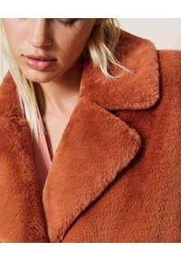 TwinSet - TWINSET - Brązowy płaszcz futrzany. Kolor: brązowy. Materiał: futro. Długość: długie
