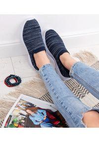 Niebieskie buty sportowe NEST bez zapięcia, w kolorowe wzory