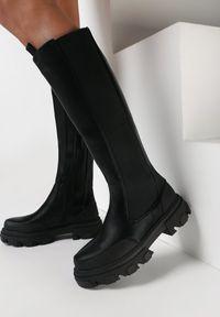 Born2be - Czarne Kozaki Dulcea. Wysokość cholewki: przed kolano. Zapięcie: zamek. Kolor: czarny. Szerokość cholewki: normalna. Wzór: aplikacja