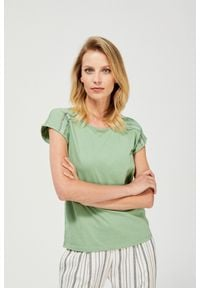 MOODO - T-shirt z ażurowym zdobieniem. Materiał: koronka, bawełna, poliester. Długość rękawa: krótki rękaw. Długość: krótkie. Wzór: aplikacja, ażurowy. Styl: klasyczny