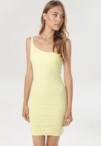 Born2be - Żółta Sukienka Callironei. Kolor: żółty. Materiał: dzianina. Długość rękawa: na ramiączkach. Wzór: prążki. Typ sukienki: asymetryczne. Długość: mini