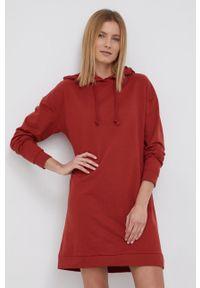 Vero Moda - Sukienka. Typ kołnierza: kaptur. Kolor: czerwony. Materiał: dzianina, materiał. Długość rękawa: długi rękaw. Wzór: gładki