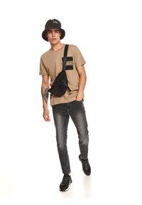TOP SECRET - T-shirt z nadrukiem na kieszeni. Kolor: beżowy. Materiał: bawełna, tkanina. Długość rękawa: krótki rękaw. Długość: krótkie. Wzór: nadruk. Sezon: jesień. Styl: klasyczny