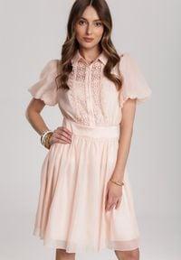 Renee - Jasnoróżowa Sukienka Aevien. Kolor: różowy. Materiał: koronka. Długość rękawa: na ramiączkach. Wzór: koronka, ażurowy. Typ sukienki: koszulowe
