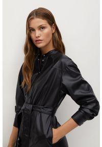Czarna sukienka mango mini, na co dzień, prosta, z długim rękawem