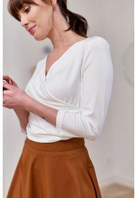 Marie Zélie - Bluzka Estera kremowa – mikromodal. Okazja: na co dzień. Typ kołnierza: dekolt kopertowy. Kolor: kremowy. Materiał: wiskoza, dzianina, elastan, włókno, skóra. Styl: elegancki, casual