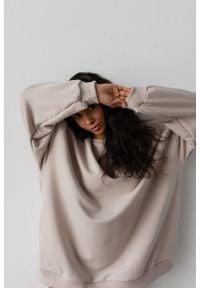 Marsala - Bluza typu oversize o przedłużonym kroju kolor COCONUT MILK HUSH BY MARSALA. Materiał: dresówka, elastan, dzianina, bawełna, jeans. Styl: sportowy
