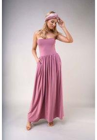 Nommo - Maxi Sukienka z Odkrytymi Ramionami - Jasnoróżowa. Kolor: różowy. Materiał: bawełna, poliester. Typ sukienki: z odkrytymi ramionami. Długość: maxi