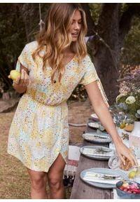 Sukienka shirtowa z efektem założenia kopertowego bonprix matowy żółty w kwiaty. Kolor: żółty. Wzór: kwiaty. Typ sukienki: kopertowe