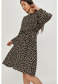 Answear Lab - Sukienka. Kolor: czarny. Materiał: materiał. Długość rękawa: długi rękaw. Typ sukienki: rozkloszowane. Styl: wakacyjny