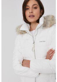 Calvin Klein - Kurtka. Kolor: biały. Materiał: futro