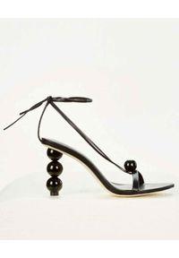 CULT GAIA - Czarne sandały Karina. Zapięcie: pasek. Kolor: czarny. Wzór: paski, aplikacja. Obcas: na obcasie. Styl: elegancki. Wysokość obcasa: średni