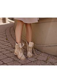 Beżowe botki Zapato z cholewką za kostkę, w ażurowe wzory, na spacer