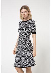 Hugo - Sukienka. Kolor: czarny. Materiał: wiskoza, dzianina, materiał. Długość rękawa: krótki rękaw. Typ sukienki: rozkloszowane