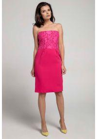 Różowa sukienka koktajlowa Nommo wizytowa, w koronkowe wzory, z odkrytymi ramionami
