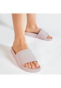 Versace Jeans Couture Klapki E0VWASQ2 Różowy. Kolor: różowy