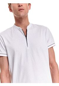 TOP SECRET - T-shirt polo wzorzysty na suwak. Okazja: do pracy. Typ kołnierza: polo. Kolor: biały. Materiał: bawełna, tkanina. Długość rękawa: krótki rękaw. Długość: krótkie. Sezon: jesień