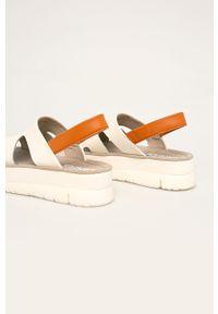 Kremowe sandały Camper na średnim obcasie, na obcasie